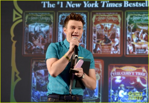 chris-colfer-talks-new-book-stranger-than-fanfiction-at-ew-popfest-04